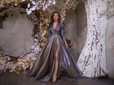Красотка Тина блестящее золотисто-синее платье в пол с разрезом