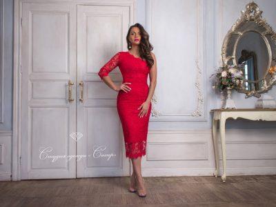 Красотка платье-футляр с рукавом из красного кружева