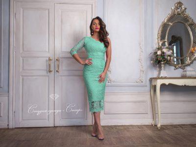 Красотка платье-футляр с рукавом из мятного кружева